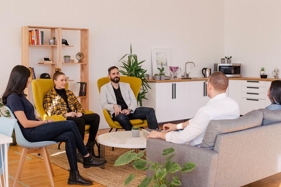 Hombre y mujer en Gipuzkoa para vídeo corporativo